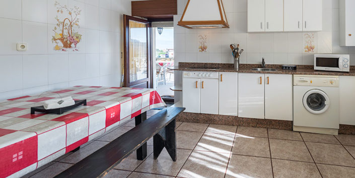 Cocina con terraza en apartamento turístico en Cantabria